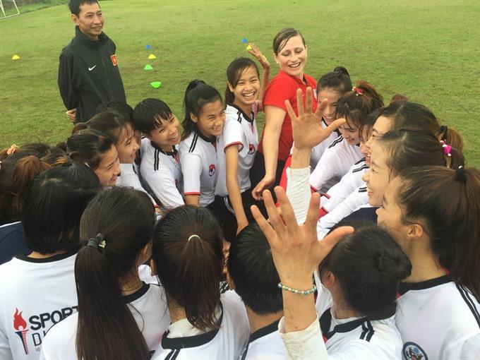 Linda Hamilton trains Việt Nam women's footballers